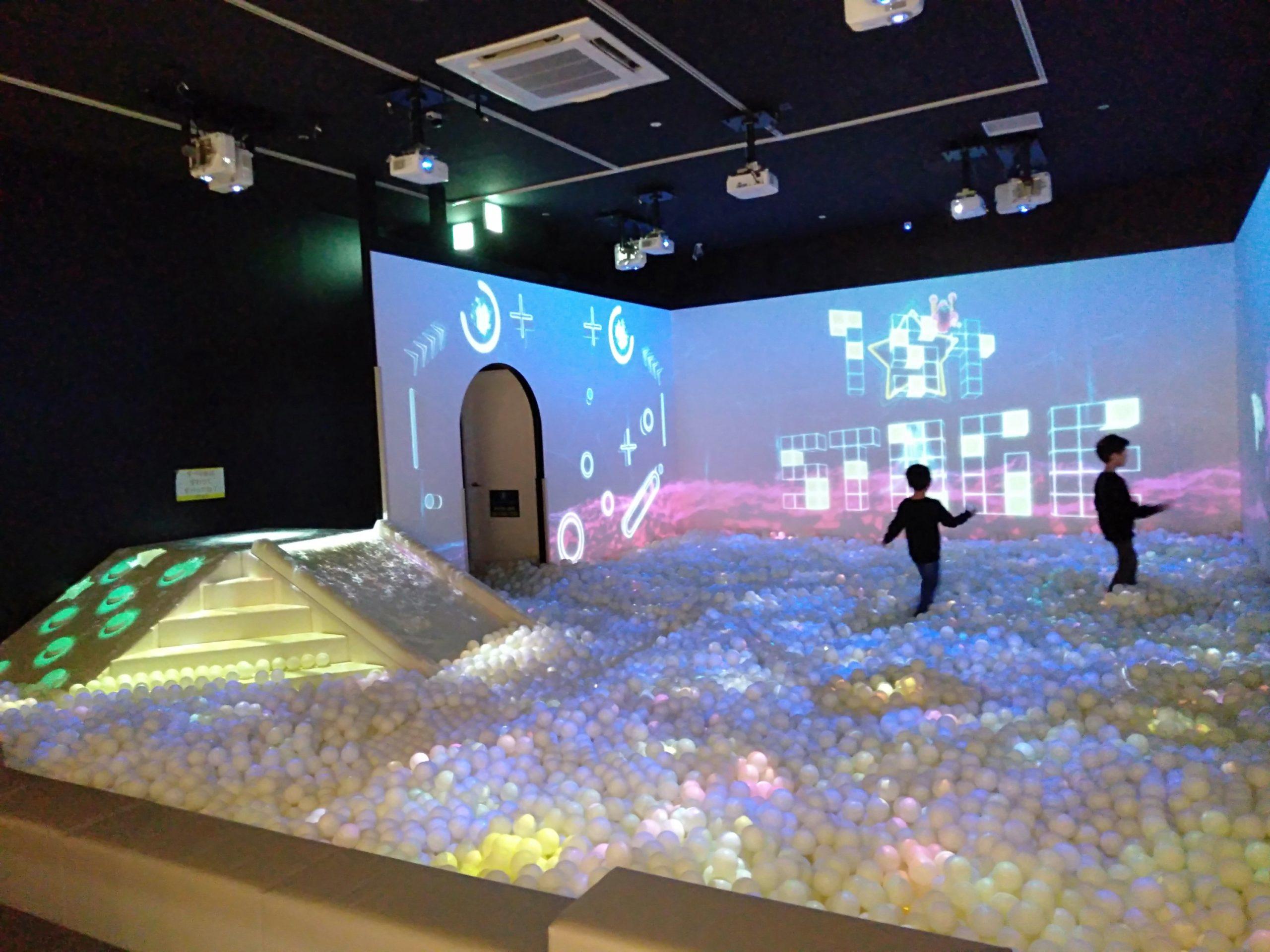三井アウトレット北陸小矢部【光と音のデジタルボールプール】