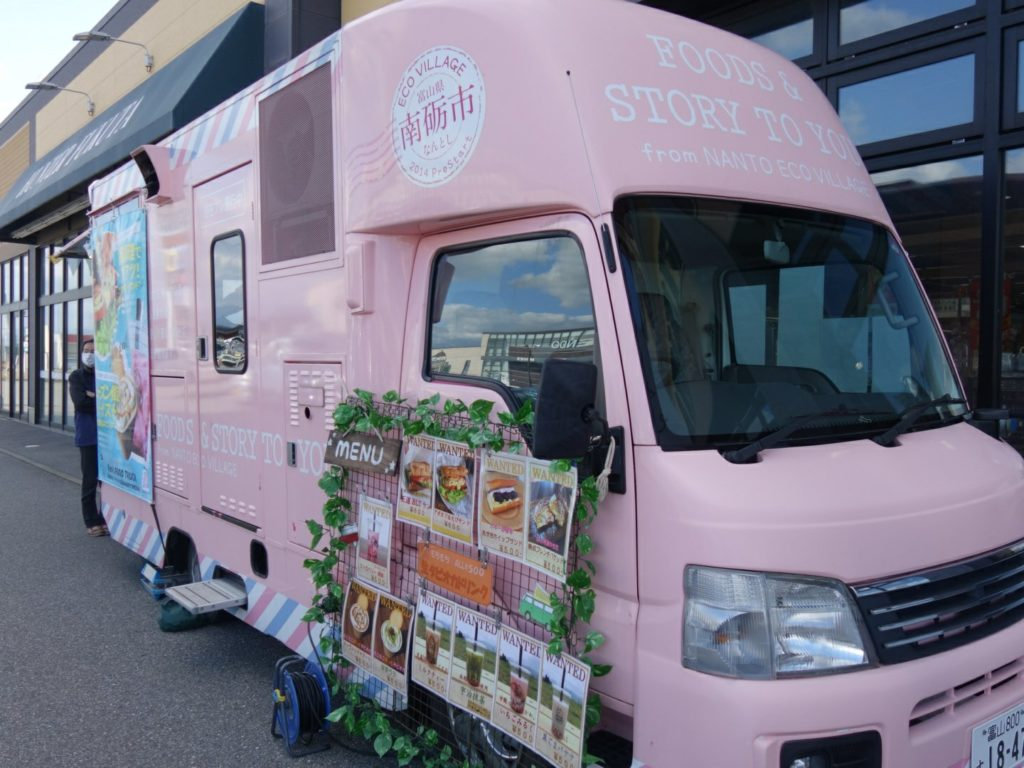 ピンクのキッチンカーで今日も富山を駆け回る!【ケンズ フード トラック】
